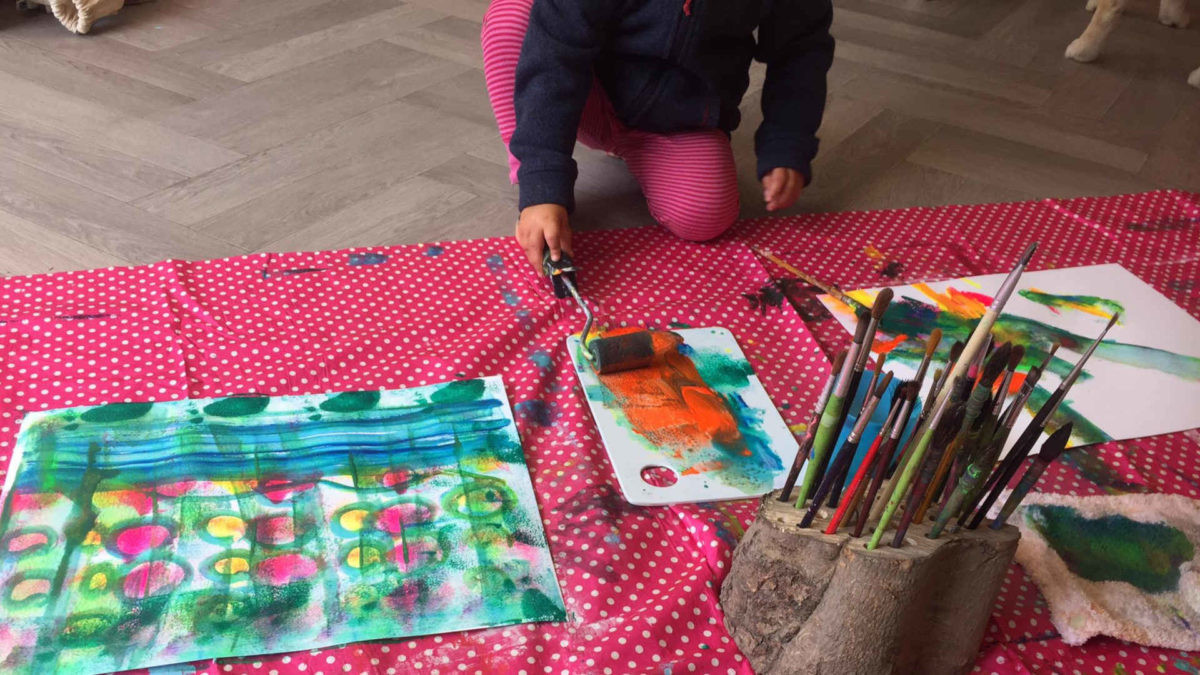 enfant peinture rouleau art